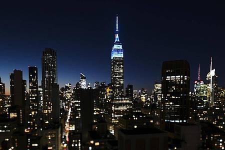 Die Spitze des Empire State Buildings leuchtet zu Ehren von John Lennon. Foto: Evan Agostini/Invision/AP/dpa