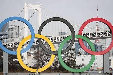 Die Olympischen Ringe sind am Odaiba Marine Park installiert. Foto: -/kyodo/dpa