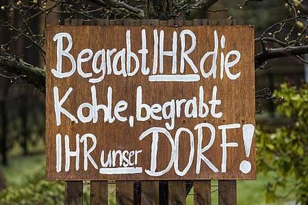 Protest in Mühlrose in der Lausitz: «Begrabt Ihr die Kohle, begrabt Ihr unser Dorf». Foto: Oliver Killig/ZB/dpa