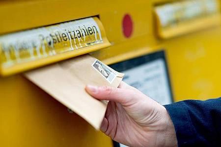 Ein Arztbrief kann im Normalfall auch per Post verschickt werden. Foto: Monika Skolimowska/dpa-Zentralbild/dpa-tmn