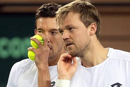 Andreas Mies (l) und Kevin Krawietz wollen ihren Vorjahres-Coup wiederholen und erneut die French Open im Doppel gewinnen. Foto: Federico Gambarini/dpa