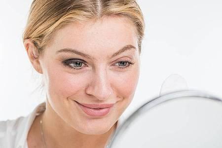 Die Zeitschrift «Öko-Test» hat 20 Augen-Make-up-Entferner getestet. 18 scheiden «sehr gut» oder «gut» ab. Foto: Christin Klose/dpa-tmn
