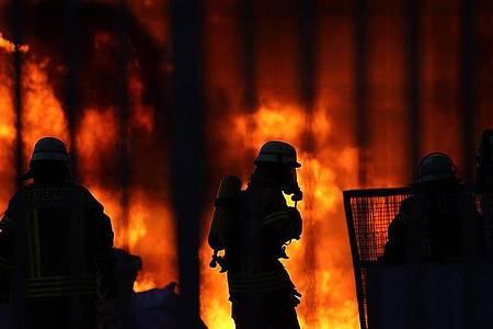 In einem Gewerbegebiet im Rhein-Lahn-Kreis brennt es in einem Betrieb im Industriegebiet, der Papierrohstoffe verarbeitet. Foto: Hasan Bratic/dpa