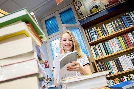 Wer im Buchhandel arbeitet, braucht Organisationstalent:Sophie Schmale lernt in ihrer Ausbildung auch, worauf es bei der Lagerung von Büchern ankommt. Foto: Zacharie Scheurer/dpa-tmn