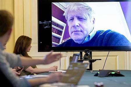 Am 28. März führte Boris Johnson aus der häuslichenQuarantäne noch den Vorsitz beim morgendlichen Treffen zum Coronavirus. Foto: Andrew Parsons/10 Downing Street/dpa