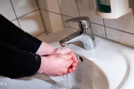 Wegen der Corona-Pandemie könnten mehr Menschen einen Waschzwang entwickeln. Beim 20-jährigen Jonas, der schon länger unter der Krankheit leidet, erschwert die neue Situation eine Therapie. Foto: Philipp von Ditfurth/dpa