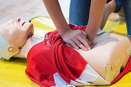 In Erste-Hilfe-Kursen lernt man, wie ein Mensch reanimiert werden kann - auch während der Corona-Pandemie sollte man das Wissen im Notfall einsetzen und helfen. Foto: Arno Burgi/dpa-Zentralbild/dpa-tmn