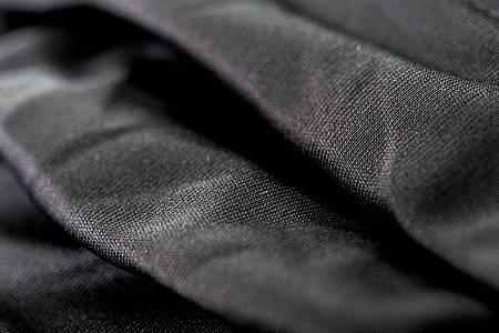 Die Maske des Bekleidungsherstellers Maloja ist auf der Außenseite mit einer Behandlung auf Basis von natürlichen Silbersalzen überzogen - diese soll das Wachstum von Viren reduzieren. Foto: Zacharie Scheurer/dpa-tmn