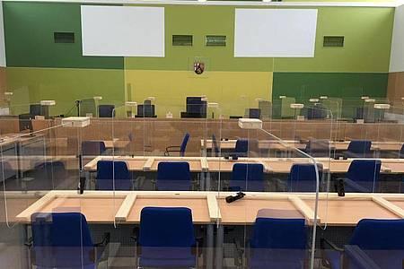 Im Landgericht Trier ist der Gerichtssaal für den «Cyberbunker»-Prozess vorbereitet. Foto: Birgit Reichert/dpa