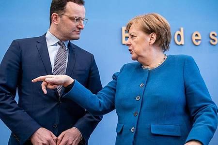 Bundeskanzlerin Angela Merkel im Gespräch mit Bundesgesundheitsminister Jens Spahn. Foto: Michael Kappeler/dpa