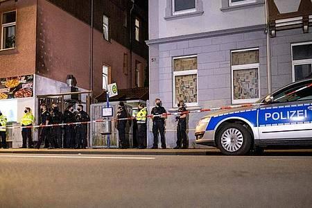 Polizisten sichern den Zugang zu einem Hinterhof eines Hauses im Bereich Harburger Berg in Celle. Foto: Moritz Frankenberg/dpa