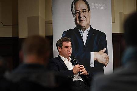 Bayerns Ministerpräsident Markus Söder (CSU) stellt das Buch ?Der Machtmenschliche - Armin Laschet. Die Biografie? vor. Foto: Britta Pedersen/dpa-Zentralbild/dpa