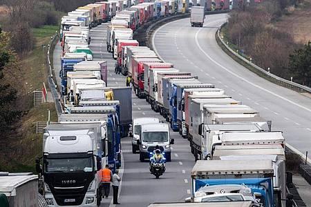 Tausende Lastwagenfahrer müssen in einem Kilometerlangen Stau vor der Grenze zu Polen ausharren. Foto: Robert Michael/dpa-Zentralbild/dpa