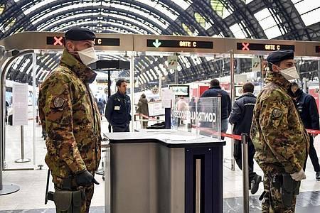 Soldaten der italienischen Armee am Hauptbahnhof von Mailand. Foto: Claudio Furlan/LaPresse/AP/dpa