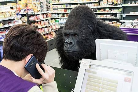 Kommt ein «Gorilla» ins Geschäft... Foto: --/Capelight Pictures/dpa