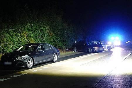 Das Fahrzeug von Ministerpräsident Kretschmann (l-r), ein Begleitfahrzeug sowie ein anderer am Unfall beteiligter Pkw stehen nach einem Unfall am Straßenrand. Foto: Franziska Hessenauer/Einsatz-Report24/dpa