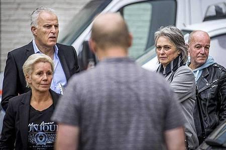 Berthie (2.v.r) und Peter Verstappen (r.), die Eltern des getöteten Jungen, vor dem Beginn des Prozesses. Foto: Marcel Van Hoorn/ANP/dpa