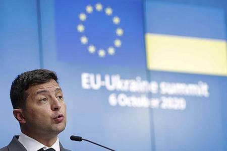 Wolodymyr Selenskyj spricht während einer Online-Pressekonferenz nach dem EU-Ukraine-Gipfel im Europäischen Rat. Foto: Stephanie Lecocq/Pool EPA/AP/dpa