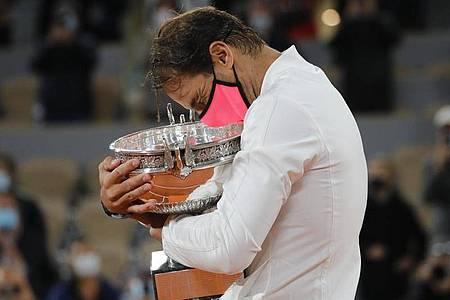 Rafael Nadal umarmt seinen Pokal. Mit seinem Sieg in Paris hat er zum 13. Mal die French Open gewonnen. Foto: Christophe Ena/AP/dpa