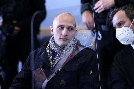 Verteidiger Thomas Rutkowski (r) unterhält sich mit dem Angeklagten Stephan Balliet. Foto: Ronny Hartmann/dpa-Zentralbild/dpa