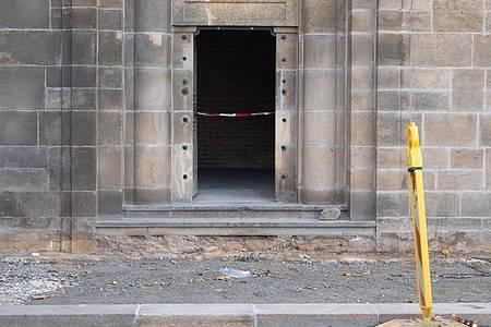 Ein Absperrband hängt an einem Zugang zu den Katakomben unter der Augustusbrücke. Knapp ein Jahr nach dem Kunstraub im Dresdner Grünen Gewölbe hat die Polizei in Berlin drei Tatverdächtige festgenommen. Foto: Sebastian Kahnert/dpa-Zentralbild/dpa