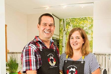 Verena Scheidel (r.) und Manuel Wassmer aus Bühl haben ein Kochbuch mit deutschen Tapas veröffentlicht. Foto: Verlag cook & shoot/dpa-tmn