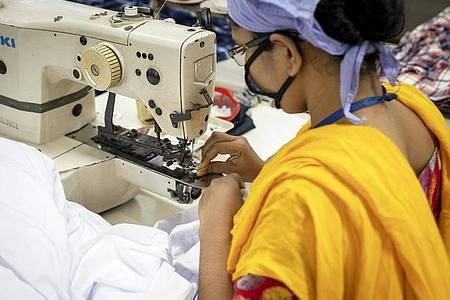 Im Zuge der Corona-Pandemie haben Zehntausende Näherinnen ihre Arbeitsstelle in Bangladesch verloren. Sie stehen am Existenzminimum. Foto: K M Asad/dpa/dpa-tmn
