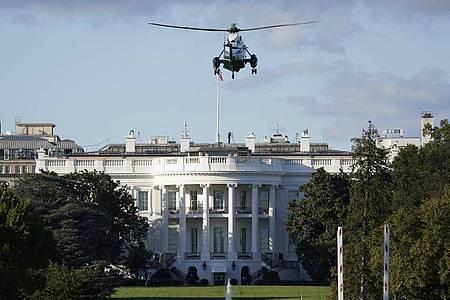 Die Marine One landet auf dem Südrasen des Weißen Hauses. Nach seiner Infektion mit dem Coronavirus wird Trump ins Walter-Reed-Militärkrankenhaus gebracht. Foto: J. Scott Applewhite/AP/dpa