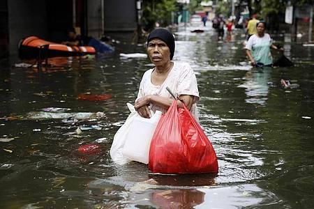 Monsunregen und steigende Flüsse überfluteten Teile des Großraums Jakarta. Die Regenfälle, die am Neujahrstag begonnen hatten, waren nach Angaben der Behörden die heftigsten seit 1866. Foto: Dita Alangkara/AP/dpa