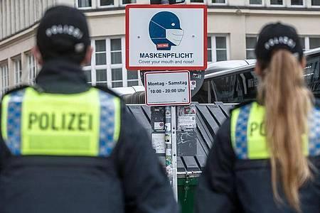 Polizisten in der Hamburger Innenstadt. In der Hansestadt ist eine verschärfte Maskenpflicht in Kraft getreten. Foto: Markus Scholz/dpa