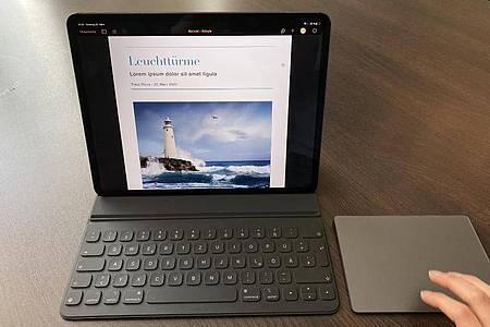 Das neue iPad Pro kann nun auch mit einem Trackpad gesteuert werden. Damit kann man auch beispielsweise längere Texte bequem schreiben und bearbeiten. Foto: Christoph Dernbach/dpa-tmn