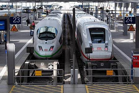 Nur wenige Fahrgäste warten im Münchener Hauptbahnhof. Foto: Sven Hoppe/dpa