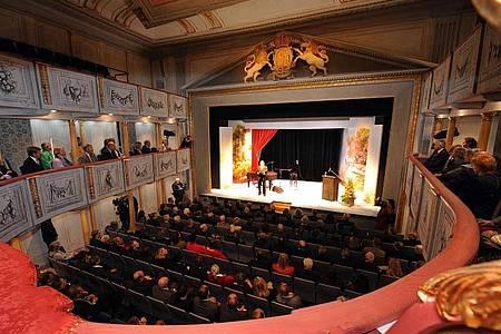An kommunalen Theatern und Orchestern wird Kurzarbeit eingeführt. Foto: Holger Hollemann/dpa