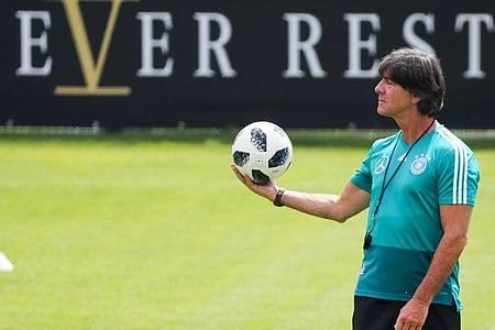 Wollte das DFB-Team in Seefeld auf die EM 2020 vorbereiten:Bundestrainer Joachim Löw. Foto: Christian Charisius/dpa