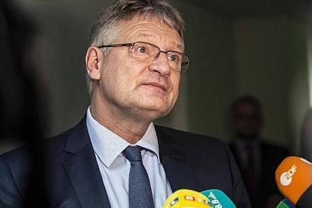 Der AfD-Vorsitzende Jörg Meuthen spricht mit Journalisten. Foto: Paul Zinken/dpa