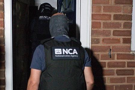 Die National Crime Agency (NCA) und die Polizei beteiligen sich an einer Razzia. Foto: Jacob King/PA Wire/dpa