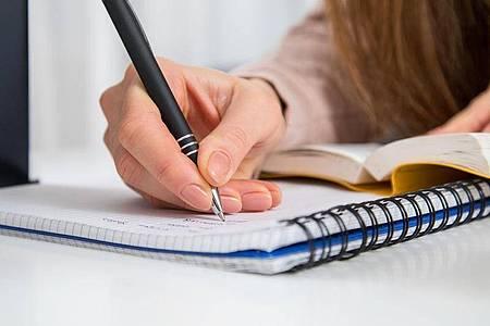 Statt ständigem Wiederholen denkt man sich lieber selbst Prüfungsaufgaben aus - dann behält man Gelerntes auch besser. Foto: Christin Klose/dpa-tmn