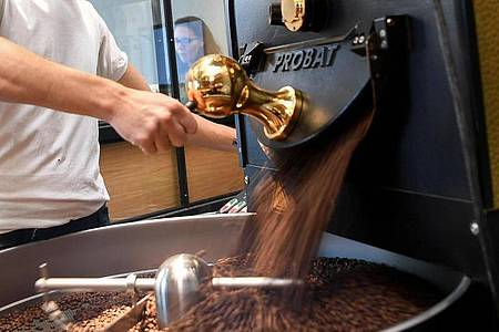 In Profi-Betrieben kommen bei der Kaffeeröstung meistens solche Trommelröster zum Einsatz. Foto: Britta Pedersen/dpa-Zentralbild/dpa-tmn