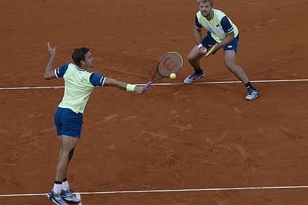 Kevin Krawietz (r) und Andreas Mies haben nach 2019 auch 2020 im Stade Roland Garros den Titel im Herren-Doppel errungen. Foto: Michel Euler/AP/dpa