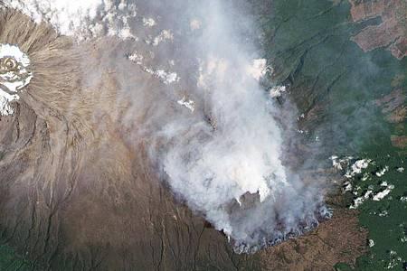 Rauchschwaden steigen von der Südflanke des Kilimandscharos hoch, wie eine Satellitenaufnahme zeigt. Foto: -/Planet Labs Inc./dpa
