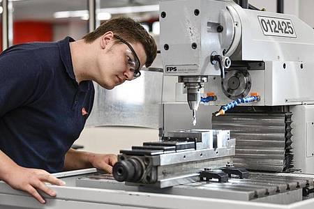 Sorgfalt ist ebenso gefragt wie technisches Verständnis:Luca Tremper lernt als angehender Industriemechaniker, worauf es bei der Kontrolle der Werkstücke ankommt. Foto: Kirsten Neumann/dpa-tmn
