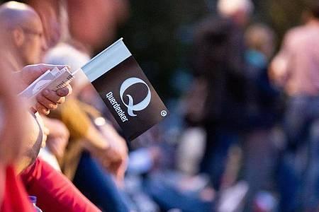 Der Buchstabe «Q» steht auch für die Verschwörungserzählung der QAnons. Foto: Christoph Soeder/dpa