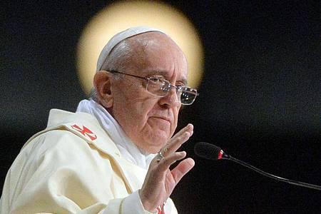 Papst Franziskus reist für die Unterschrift unter die neue Enzyklika aus dem Vatikan in die Stadt seines Namensgebers, des heiligen Franz von Assisi. Foto: Luca Zennaro/Pool/ANSA/epa/dpa