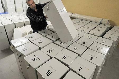Wahlurnen für die bayerische Kommunalwahl: Alle Parteien haben ihren Wahlkampf wegen der Corona-Krise vor wenigen Tagen beendet oder drastisch heruntergefahren. Foto: picture alliance / dpa