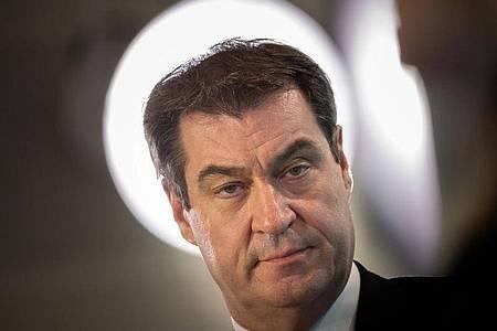 Eine Schutzmaskenpflicht in Supermärkten wie in Österreich sei derzeit nicht geplant, sagte Bayerns Ministerpräsident Markus Söder (CSU). Foto: Peter Kneffel/dpa /dpa