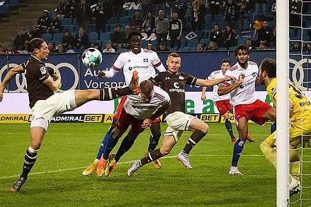 Der Hamburger SV und der FC St. Pauli trennten sich 2:2. Foto: Christian Charisius/dpa