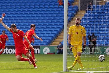 Neco Williams (2.v.r) traf für Wales. Foto: David Davies/PA Wire/dpa