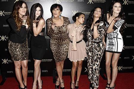 Khloe Kardashian (l-r), Kylie Jenner, Kris Jenner, Kourtney Kardashian, Kim Kardashian und Kendall Jenner posieren 2011 bei der Kardashian Kollection Launch Party für ein Foto. Foto: Matt Sayles/AP/dpa