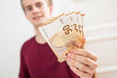 In der Ausbildung verdienen viele junge Menschen zum ersten Mal ihr eigenes Geld. Aber wie viel ist das eigentlich und was kann man tun, wenn das Geld nicht reicht?. Foto: Christin Klose/dpa-tmn