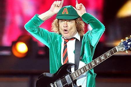 Angus Young hat seine Schuluniform noch nicht eingemottet. Foto: Jan Woitas/dpa-Zentralbild/dpa